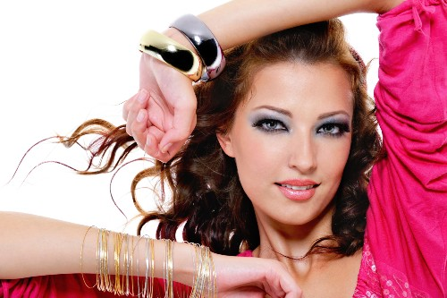 Braceletes e pulseiras grossas são tendência em todos os estilos