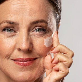 Veja como cuidar da pele aos 50 anos